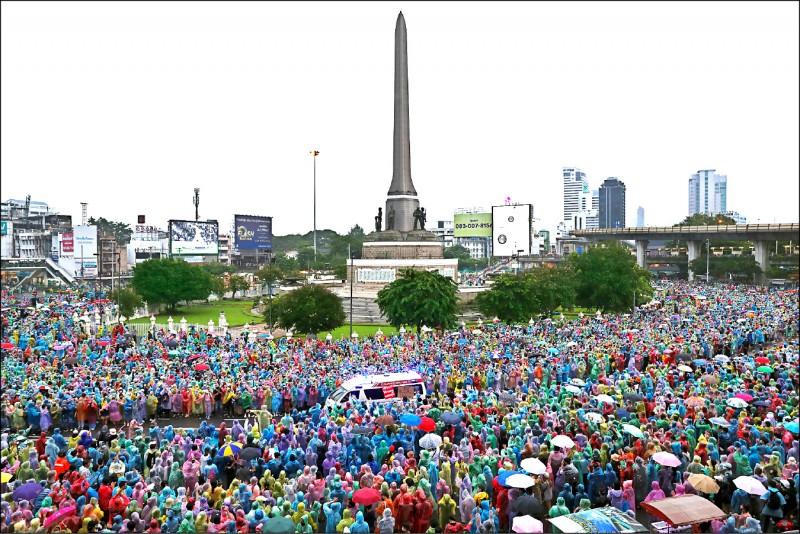 泰國示威者聚集在曼谷地標「勝利紀念碑」周圍。(路透)