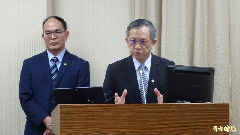 外交部政次曾厚仁(左))與外交部亞太司長曾瑞利(右)列席立法院外委會備詢。(記者呂伊萱攝)