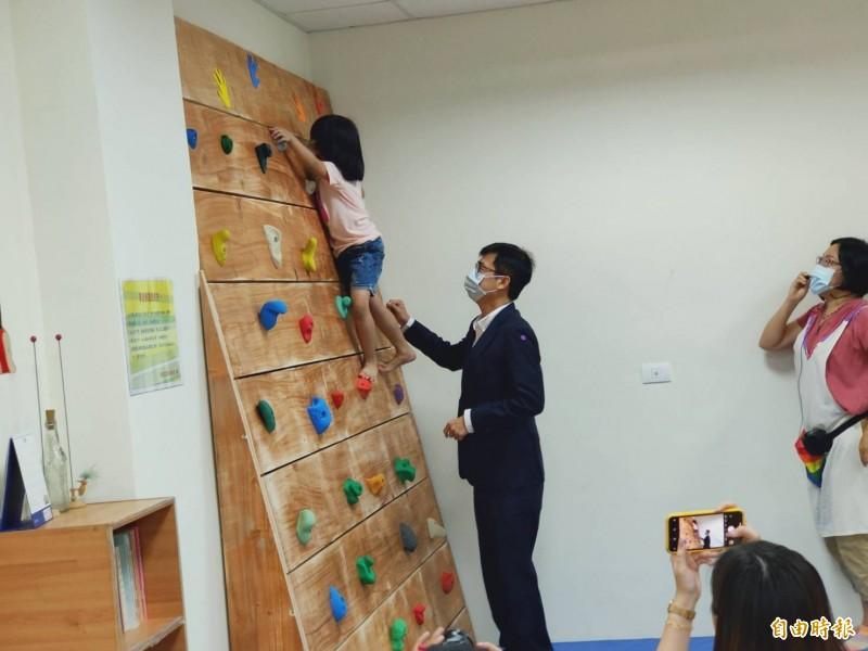 陳其邁到大同社會社宅的「定點多元托育服務,與幼兒進行遊戲互動。(記者葛祐豪攝)