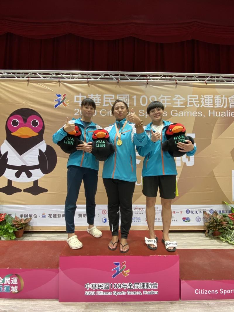 台東選手楊憲慈(中)獲全民運動會柔術女子對打78公斤級金牌。(記者黃明堂翻攝)