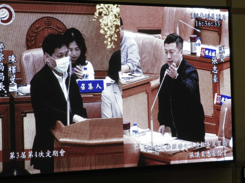 新北市議員張志豪19日在議會質詢,要求市府制定法規管制笑氣的不當使用。(記者賴筱桐翻攝)