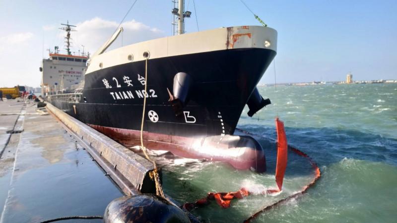 「台安2號」加油船燃油外漏鄉力相關單位以攔油索,防止油污擴大。(記者歐素美翻攝)