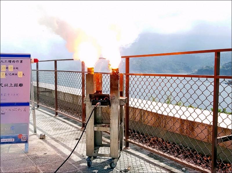 南水局在曾文水庫壩頂燃放焰劑,進行人工增雨作業。(記者吳俊鋒翻攝)