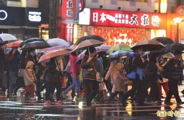 中央氣象局在今(19日)晚上6點30分,針對北北基宜4縣市發布大雨特報,請民眾出門記得攜帶雨具。(資料照)