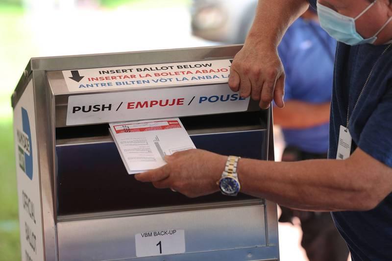 在疫情未歇之際,美國有關已完成投票選民在大選日前去世,選票還是否可以計算的問題,在今年尤其重要。圖為郵寄選票被投入選委會設置的投票箱中。(法新社)