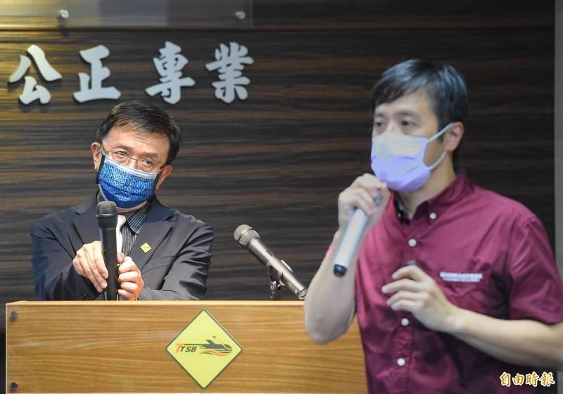 針對普悠瑪事故調查,運安會主委楊宏智(左)19日舉行記者會,並由主任調查官林沛達(右)說明。(記者方賓照攝)