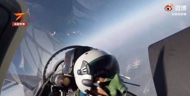 央視釋出的影片除了共軍飛行員以及共機之外,沒有「外機」蹤影,令人難以信服。(圖取自中國央視軍事)