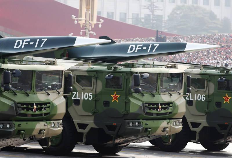 有軍事專家認為,東風–17彈道飛彈(見圖)打擊距離可達2500公里,雖然確實有攻打台灣的能力,但這樣東風–17的距離優勢就讓浪費了,應該是針對美軍的海外基地,在台海爆發衝突時執行「反介入/區域拒止」戰略。(歐新社)