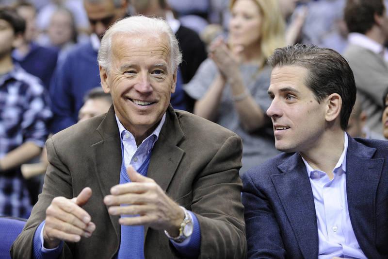 美國民主黨總統候選人拜登(左)及其次子杭特(右)近日被爆出「電郵門」。(美聯社資料照)