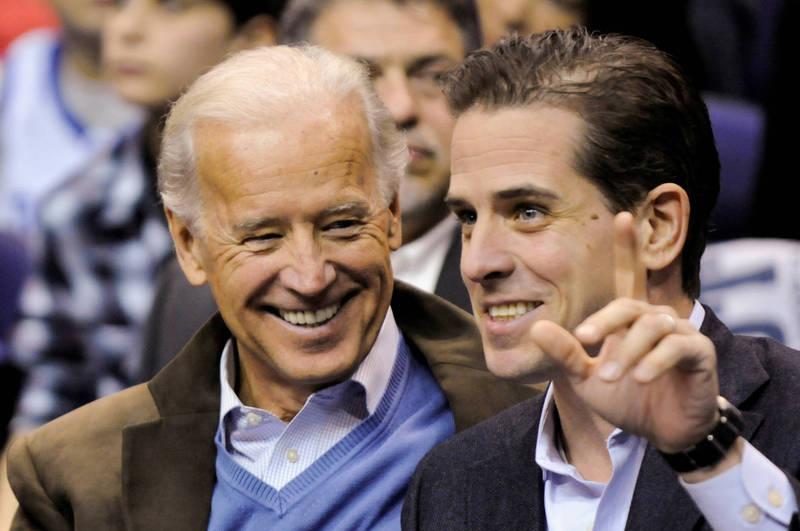 民主黨候選人拜登(左)陷入其次子杭特(右)的電郵門醜聞風波。(路透)