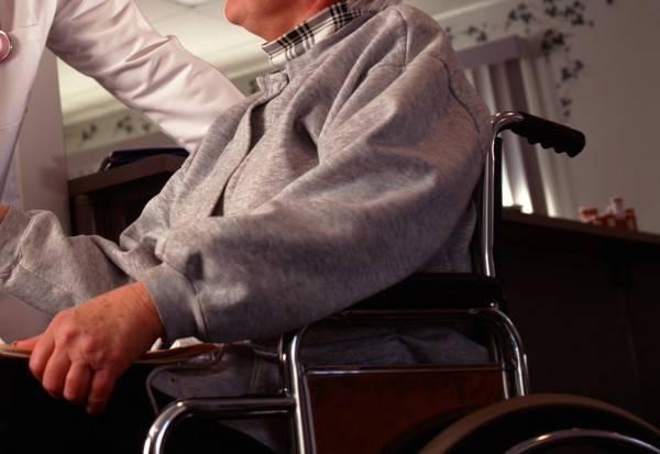 巴西一名婦人推著「屍體」想到銀行領取退休金。圖為坐輪椅者示意圖。(情境照)