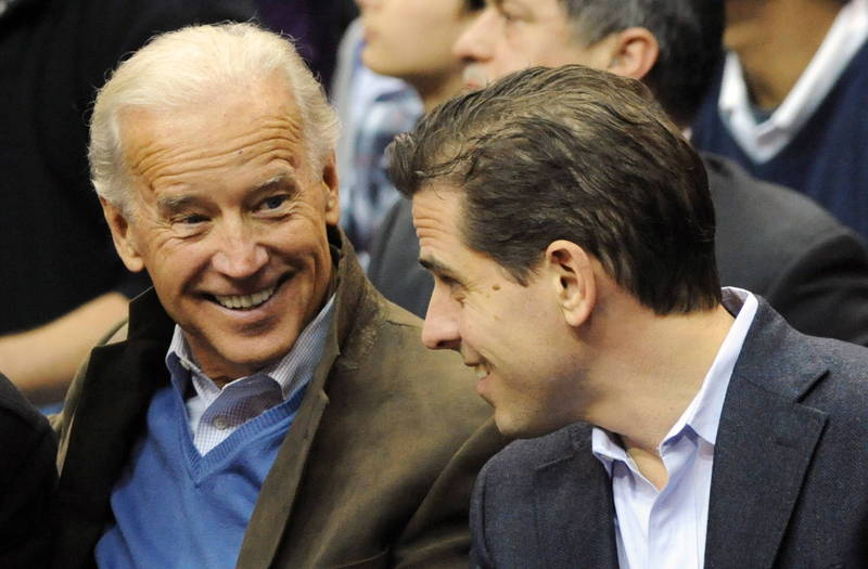 美國民主黨總統候選人拜登(左)及其次子杭特(右)近日身陷「電郵門」風波,前白宮首席策士班農18日受訪指出,杭特送修電腦當時已喝醉,目前其電郵還沒曝光,並指控美國主流媒體和科技巨頭都已被菁英們收買。(歐新社資料照)
