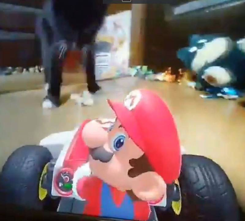 網友將馬利歐賽車和逗貓棒的概念融合,創造出了貓貓大魔王模式。(圖擷取自推特「足風邪タカヤ」)