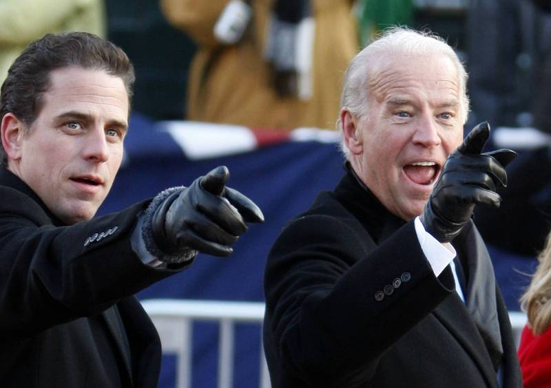 美國民主黨總統候選人拜登(右)父子涉入「電郵門」風暴,外傳拜登次子杭特(左)還有可能存有犯罪證據的第3台筆電在心理醫師手中。(路透檔案照)