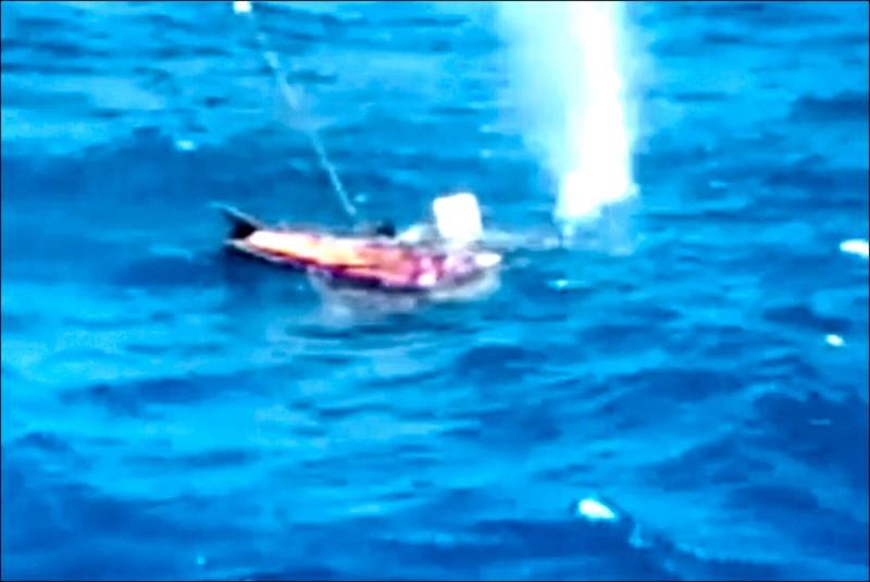 中國籍大副兼代理船長汪峰裕下令巴基斯坦傭兵開槍,射殺落海的4名索馬利亞海盜,子彈射入海面濺起水花。(圖:取自網路)