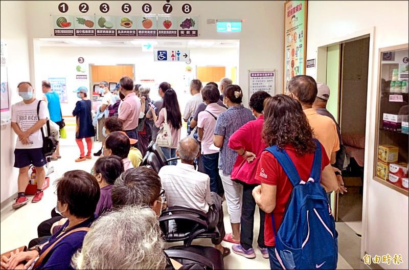 公費流感疫苗接種踴躍,草屯鎮佑民醫院每天都有民眾大排長龍等著打。(資料照,記者陳鳳麗攝)