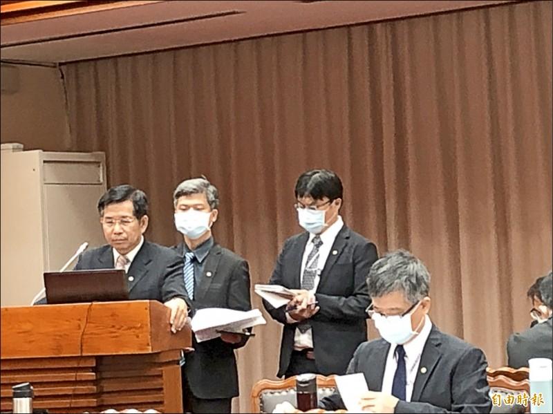 教育部長潘文忠(左一)昨天在立法院教文會答詢時明確表示,樂見大學公私併,且會給予政策支持。(記者林曉雲攝)