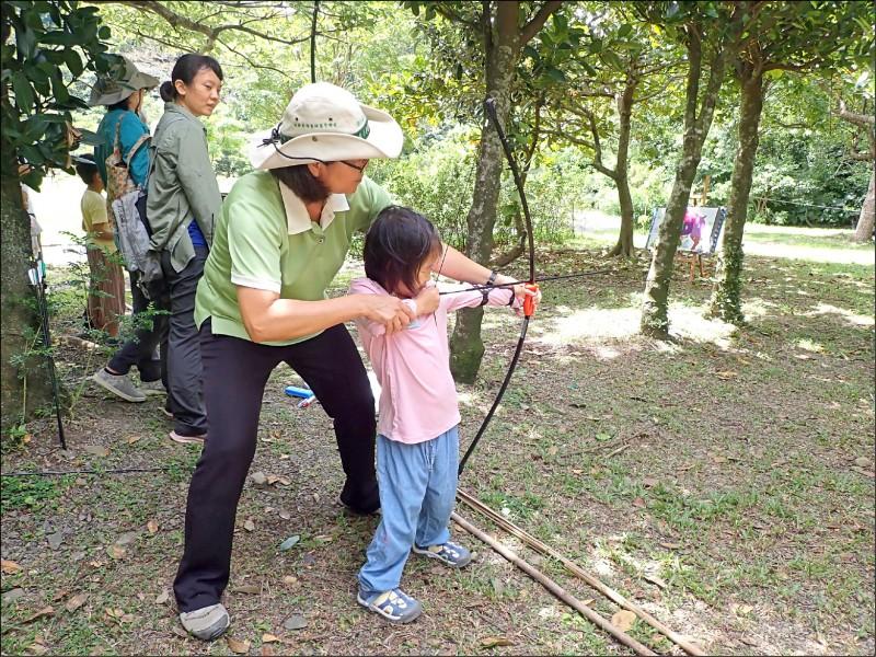 屏東林管處雙流自然教育中心舉辦「原來我們那麼近」主題活動,讓一般民眾了解原住民族的狩獵文化,包括「追蹤師養成術」、「獵人說打獵」等課程,分享獵人的知識,例如部落跟動物的關係、打獵回來通知分享部落等,吸引爆滿民眾參與。屏東林管處將持續舉辦,盼將原住民文化介紹給社會大眾。(圖文:記者蔡宗憲)