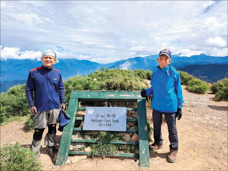 51歲兒子陳自寅(左)帶著78歲老父陳永財(右),先爬合歡西峰作為體能訓練。(陳自寅提供)