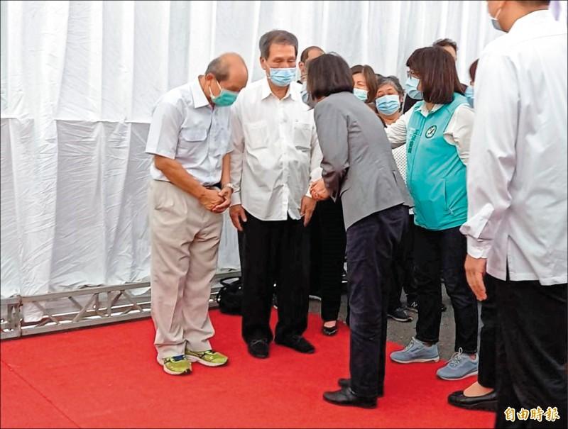 總統蔡英文(右三)由立委王美惠(右二)等人陪同向江熙哲(左二)及家屬致哀。(記者丁偉杰攝)