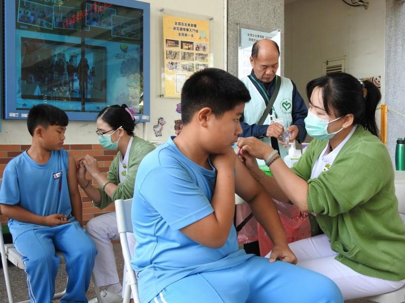 去年公費流感疫苗採「分眾接種」,由學生族群及醫事人員優先施打。(南投縣政府提供)