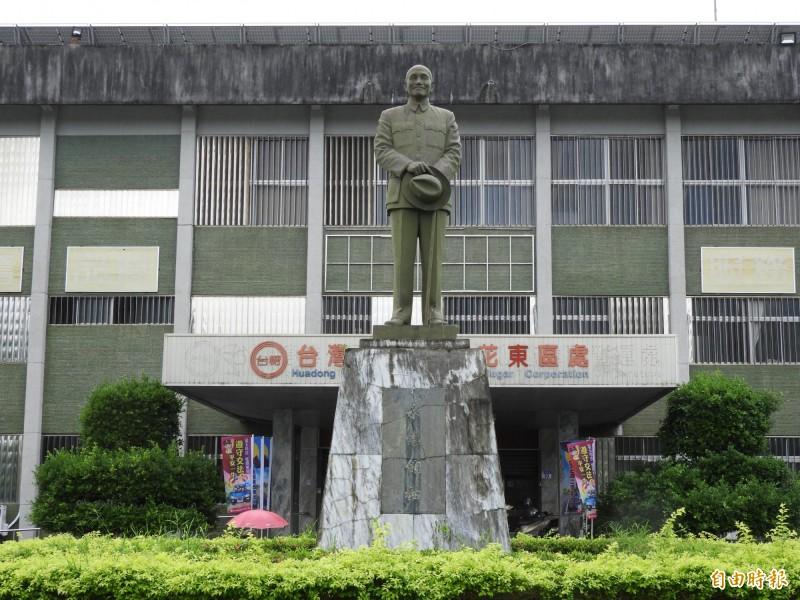 經濟部台糖公司轄下花蓮光復糖廠公共空間有一尊大型蔣公銅像,目前尚未處置,遊客出入糖廠園區可以看見銅像。(記者陳鈺馥攝)