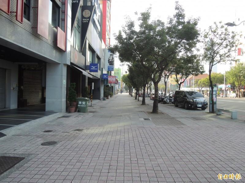 高市中山路是高雄最寬廣的道路,11米的人行道也是高雄最寬敞。(記者王榮祥攝)