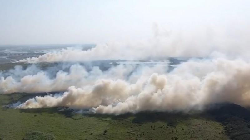 濁水溪河床大火延燒逾36小時,濃煙一度造成嚴重空污。(記者林國賢翻攝)