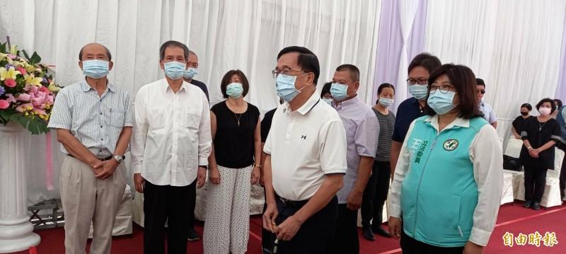 前總統陳水扁(前排右二)今天上午到江熙哲母親蔡省的靈堂弔唁。 (記者丁偉杰攝)