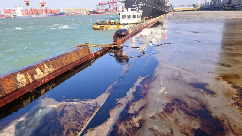 台中港29號碼頭充斥油污。(記者張軒哲翻攝)