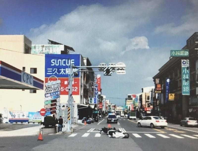 閃光號誌路口車禍頻仍,歸仁警方呼籲民眾行經時要「慢、看、停」。(記者吳俊鋒翻攝)
