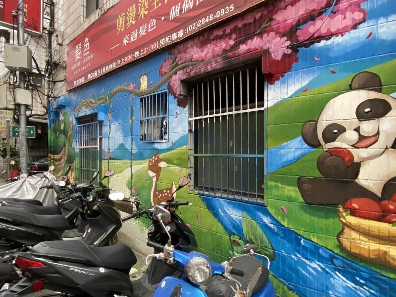 都市水泥叢林中,近幾年開始流行起彩繪,有各式各樣的圖案。(新北市議員鍾宏仁提供)