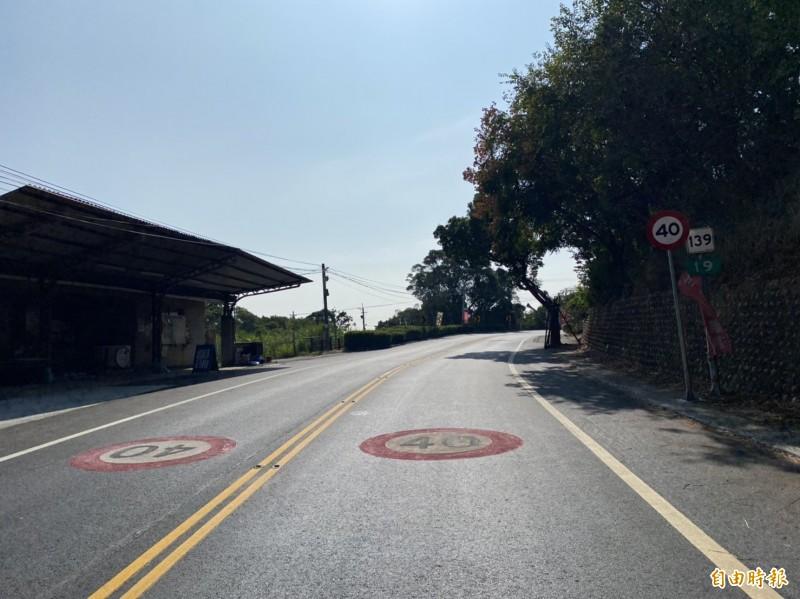 139線縣道從19公里至23公里處實施限速40公里,沿線設置不少限速40和「慢」等標誌牌面與提醒標語。(記者張聰秋攝)