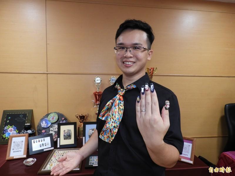 32歲的林明緒參加新北市勞工局開辦的美甲師培訓課程,從全職奶爸變成時尚美甲師。(記者賴筱桐攝)