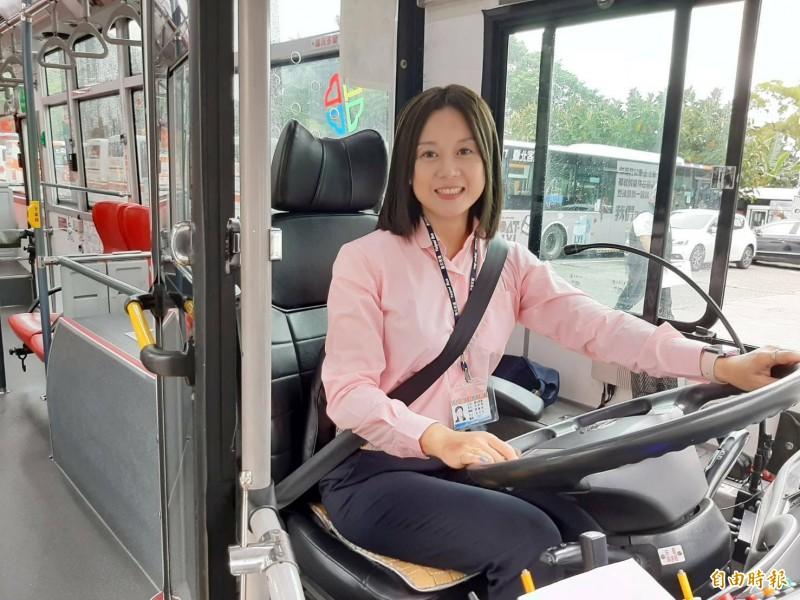 38歲的范綵棈參加新北市政府開辦的「小型車逕升大客車駕駛訓練班」課程,目前擔任台北客運司機。(記者賴筱桐攝)