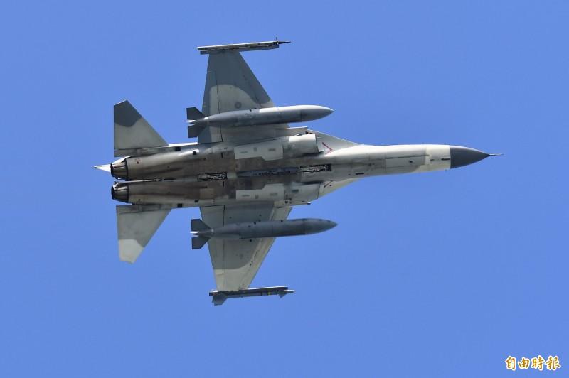 IDF升空時,左翼(下方)的天劍一型飛彈清晰可見。(記者游太郎攝)