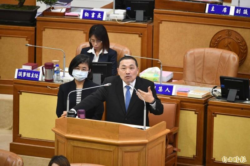 新北市長侯友宜今天到議會備詢,民進黨團關切他的政治動向。(記者何玉華攝)