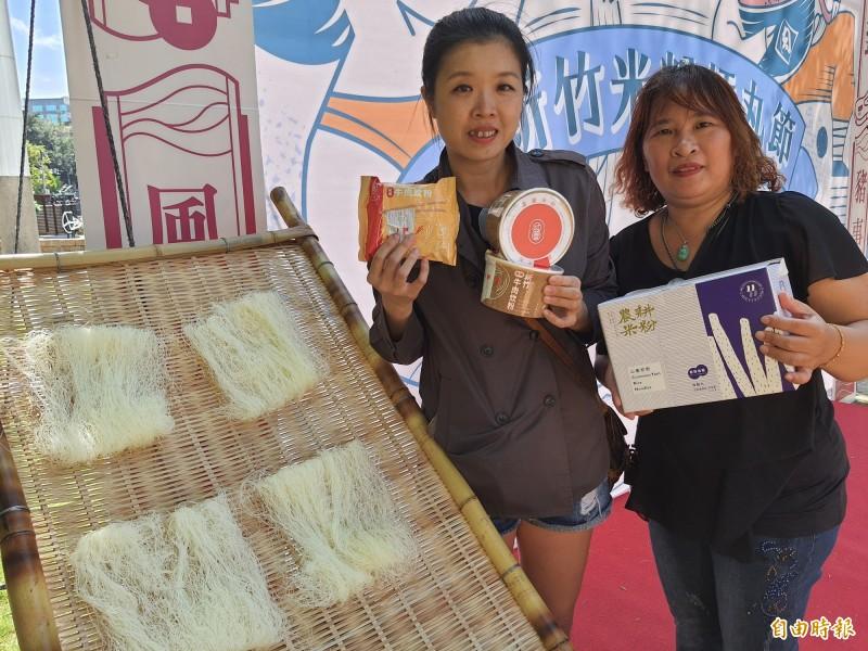 新竹市米粉商業同業公會推出新竹米粉的「雙標章」,只要有雙標章就是新竹在地米粉,市長林智堅也與業者共推新竹米粉的雙標章,請消費者要認明。(記者洪美秀攝)