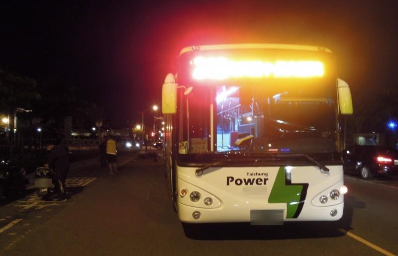 肇事公車是低底盤的電動公車,沈男的機車傾倒於圖後方。(記者張瑞楨翻攝)
