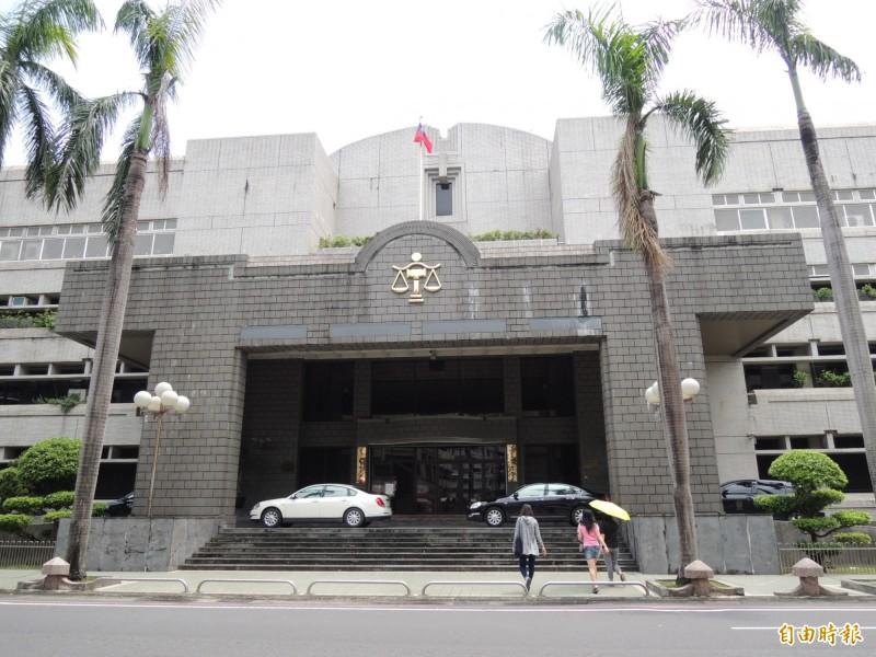 劉男無照駕駛曳引車因超車不當輾斃騎士,被屏東地院判刑1年8個月。(記者李立法攝)
