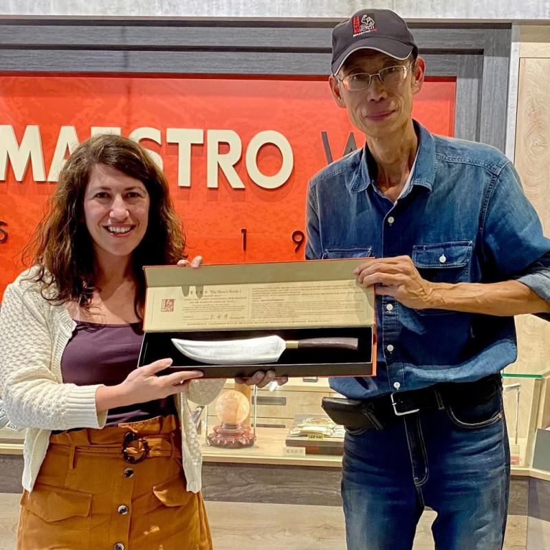 美國在台協會(AIT)發言人孟雨荷(左)上週訪問金門,參觀鋼刀製作等特色景點,還特別在紀念刀上刻字「美台關係:真朋友‧真進展」。(取自AIT臉書)