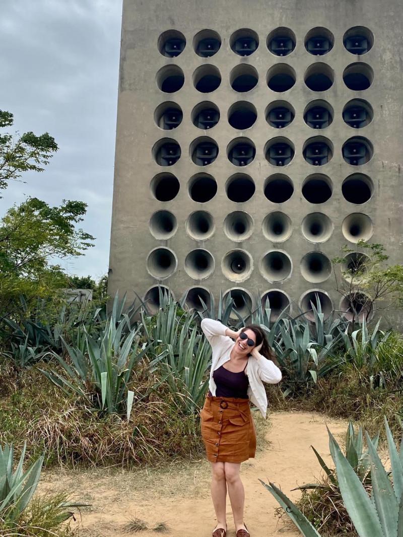 美國在台協會(AIT)發言人孟雨荷(見圖)上週訪問金門,在北山播音牆前拍照留念。(取自AIT臉書)