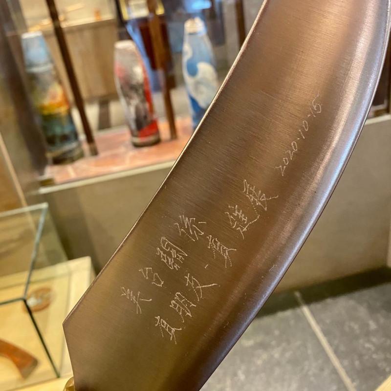美國在台協會(AIT)發言人孟雨荷上週訪問金門,參觀鋼刀店鋪等特色景點,還特別在紀念刀上刻字「美台關係:真朋友‧真進展」。(取自AIT臉書)