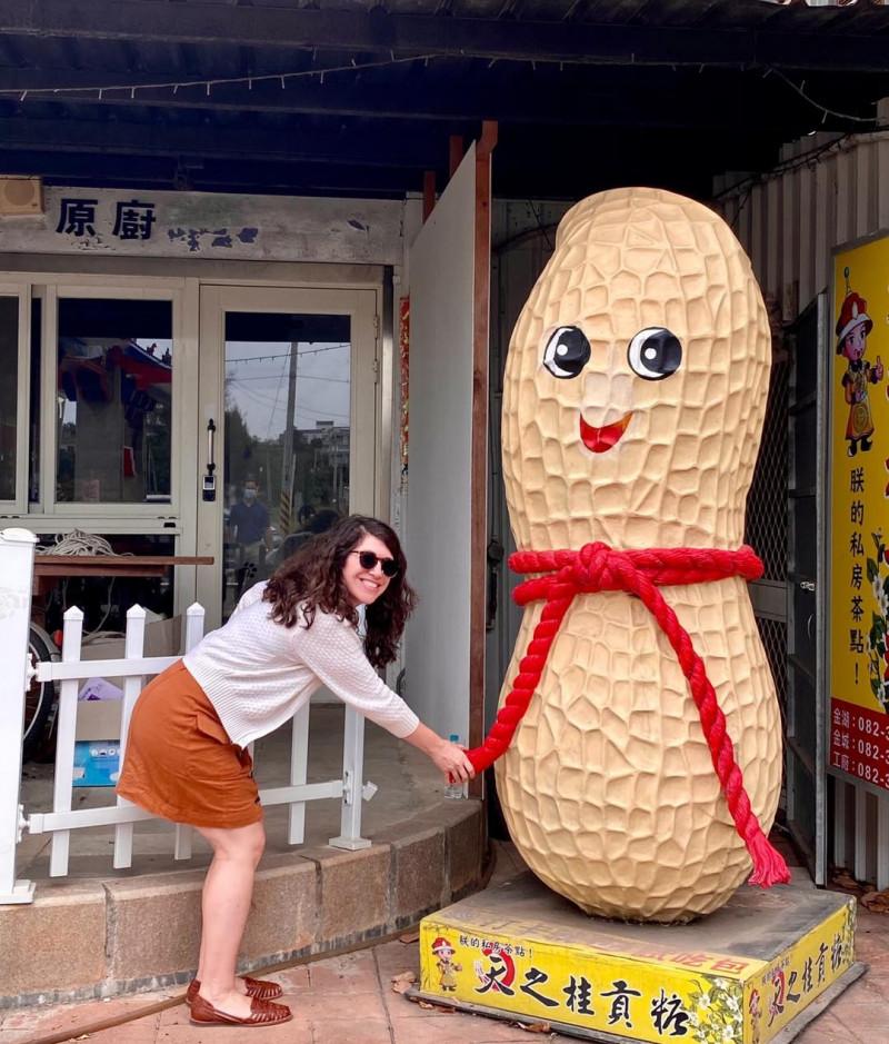 美國在台協會(AIT)發言人孟雨荷(見圖)上週訪問金門,參觀古貢糖店鋪等特色景點。(取自AIT臉書)