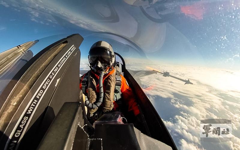 空軍F-16戰機發射響尾蛇飛彈的瞬間。(軍聞社提供)
