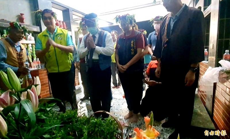 吉貝耍夜祭今晚登場,台南市長黃偉哲前往大公廨祭拜西拉雅族祖靈阿立母。(記者王涵平攝)
