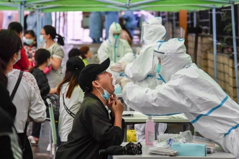 青島市政府新聞辦公室今(20)日召開疫情防控新聞發佈會,稱在世界上首次找到了充分的證據鏈,顯示武漢肺炎病毒可由物傳人、冷凍條件可長期存活。圖為中國醫護人員進行篩檢示意圖。(法新社)