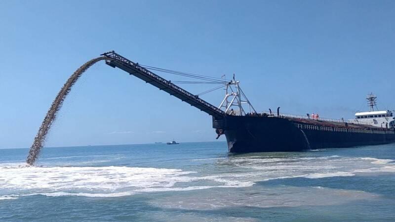中國籍「國良919」抽砂船3日深夜在馬祖南竿鄉鐵板外海盜採砂石,馬祖海巡隊查獲,押解到馬港海域卸沙回填1800公噸。(記者俞肇福翻攝)
