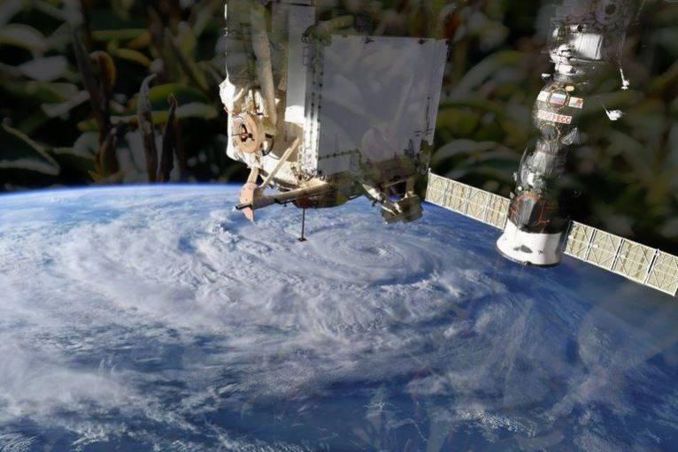 國際太空站先前發生氣體洩漏的事件,並鎖定漏洞位於俄羅斯區塊,近日俄羅斯太空人透過觀察「茶葉」的漂浮方向,找到了洩漏氣體的裂縫,並用膠帶進行臨時修補。(路透檔案照,資料照,本報合成)