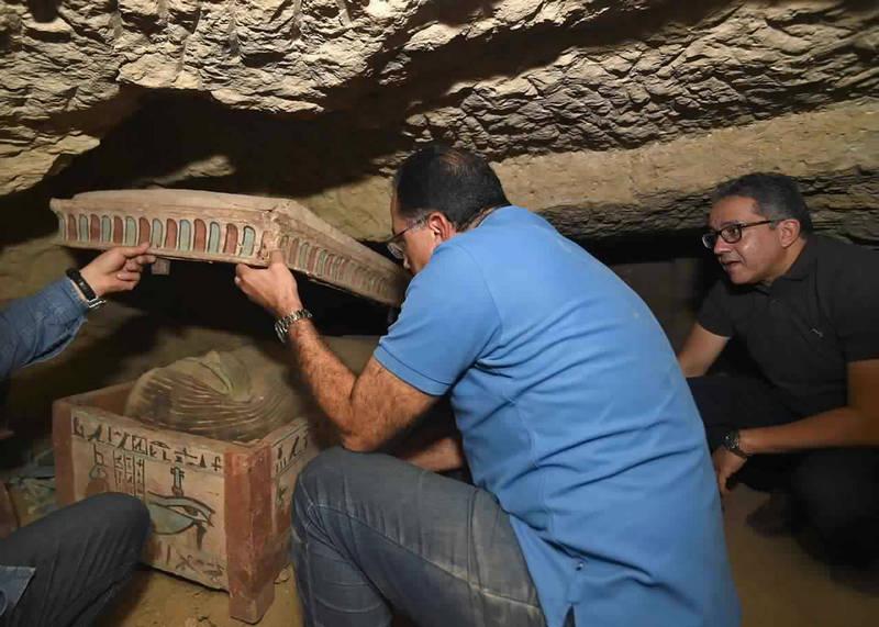 埃及總理馬德布利(中)19日到該地區參觀,視察這項考古新發現。(美聯社)